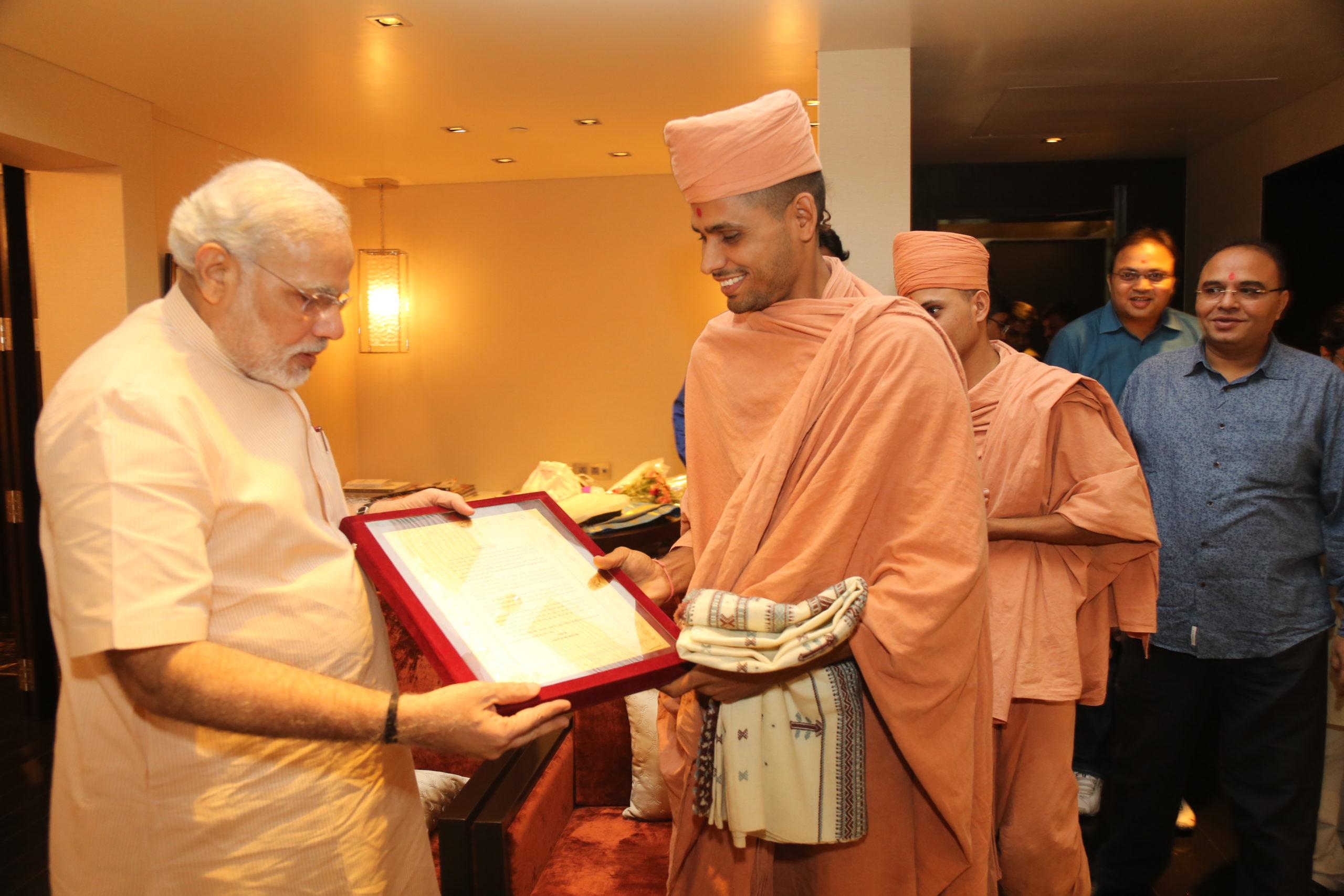 Saints of Swamy Narayan met Pm Narendra Modi