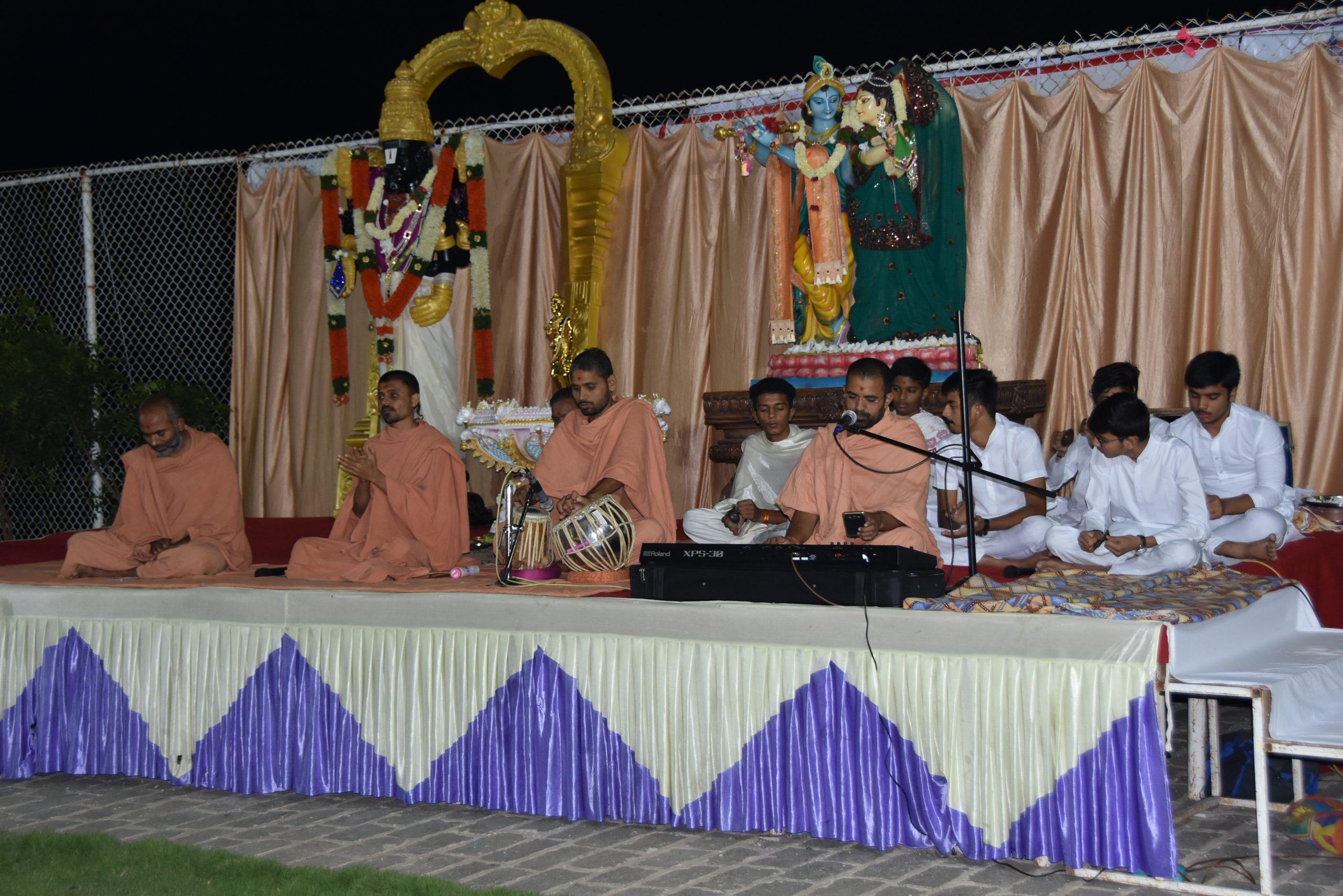 SHREE NEELAKANTH VIDYAPEETH Bhajan by Saints and Students